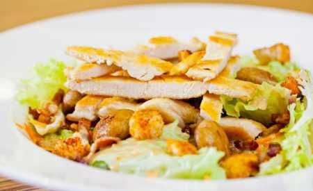 Kuřecí salát s houbami