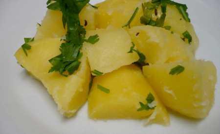 Vařené brambory s máslem a petrželkou