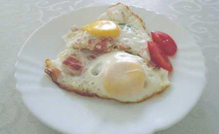Vejce zapečená se slaninou (minutka)
