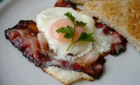 Vejce zapečená s anglickou slaninou (minutka)
