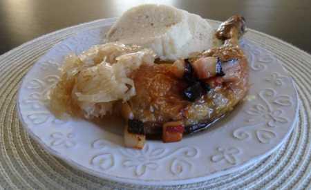 Dušená kuřecí stehna s česnekem dopečená v troubě