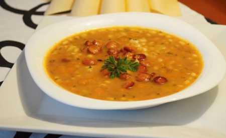 Fazolová polévka s párkem