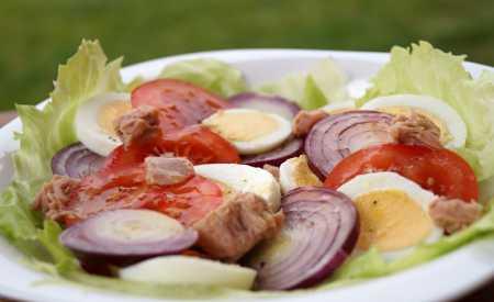 Vejce s rajčaty a tuňákem