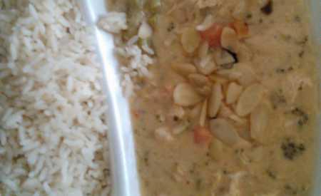 Pašerácká pánev s mandlemi z kuřecího masa, dušená rýže