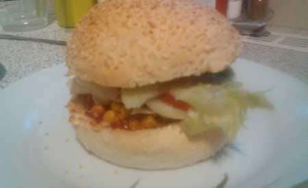 Hamburger s rajčatovo-avokádovým dipem
