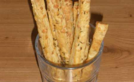 Křehké sýrové tyčinky