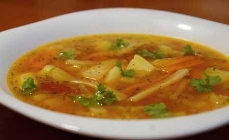 Bramborová polévka se zeleninou a rajčaty