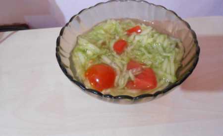 Míchaný salát z rajčat a okurek
