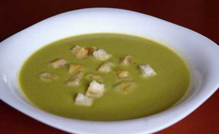 Polévka s krutonky hrášková