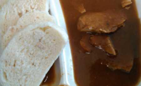 Krůtí maso se šípkovou omáčkou a knedlíkem