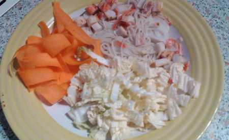 Salát z krabích tyčinek a nudlí
