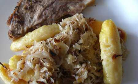Čídlmony – zapečené bramborové šišky se zelím