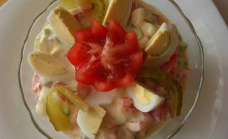 Rajčatový salát s vejci a jogurtovou omáčkou