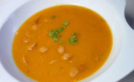 Hrachová polévka s párkem