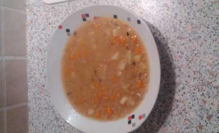 Polévka z červené čočky s kuřecími kousky
