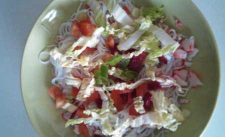 Zeleninový salát s krabími tyčinkami