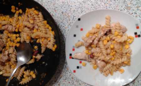 Zapečené těstoviny s rajčaty a kukuřicí