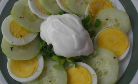 Okurkový salát s vejci a smetanou