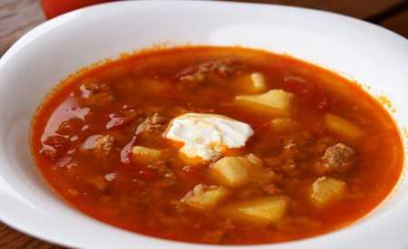 Polévka gulášová s rajčaty