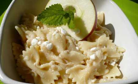 Těstovinový salát s cottage sýrem a jablky