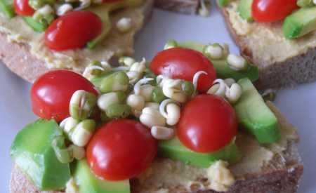 Toasty s avokádem a hummusem