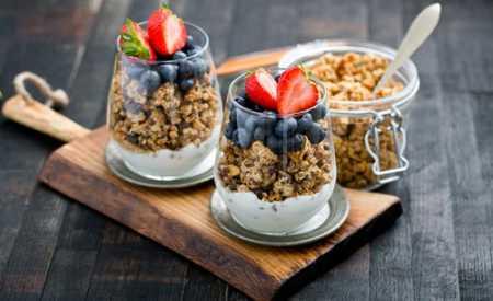 Domácí granola s ovocem a tvarohem