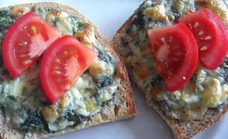 Chlebové tousty se sýrem a kopřivami
