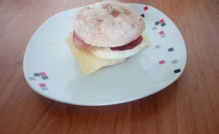 Anglické muffiny s vejcem, slaninou a sýrem