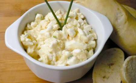 Vajíčkový salát s cottage sýrem a bramborem