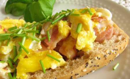 Bageta plněná vejcem a šunkou