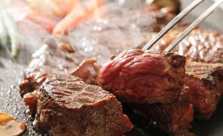 Biftek s hráškovým pyré a batáty