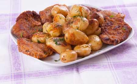Bifteky pečené s cibulí a bramborami