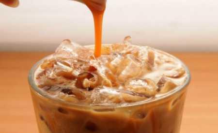 Chlazená letní káva s brandy a tonikem