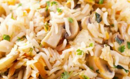 Dušená rýže s houbami a paprikou