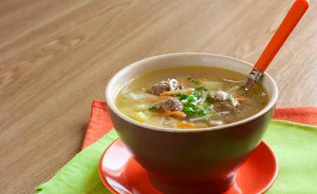 Hovězí polévka s knedlíčky a těstovinami