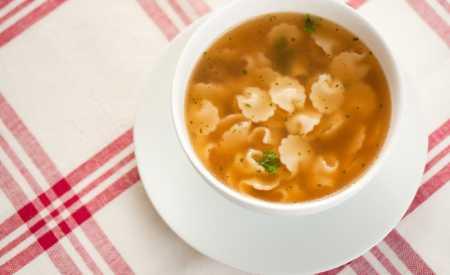 Hovězí polévka  se zavářkovými těstovinami
