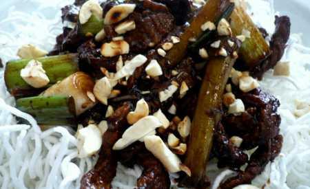 Křehké rýžové nudle s hovězí svíčkovou