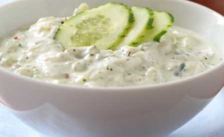 Okurkový salát s jogurtem