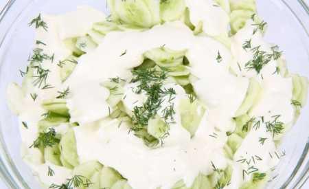 Okurkový salát s koprem a šlehačkou