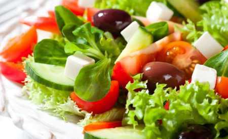 Řecký salát se sýrem feta a mátovým dresinkem