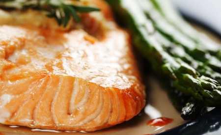 Smažený losos na chřestu s balzamikovým octem a pomerančem