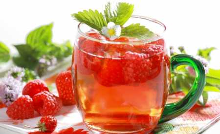 Studený čaj s ovocným ledem