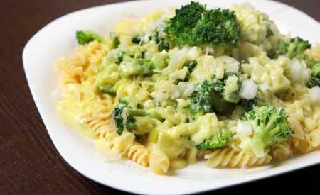 Těstoviny s brokolicí a oříšky